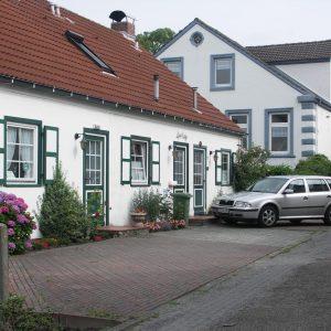 Parkplatz vor und neben dem Haus